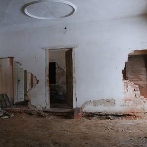 Krbová místnost s příčkou postavenou pravděpodobně za minulého režimu. Fotografie okolo 2012.
