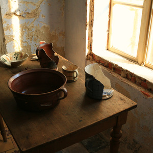 Artifacts of Dishes Found at the Chateau (photo Jiří Mucha)